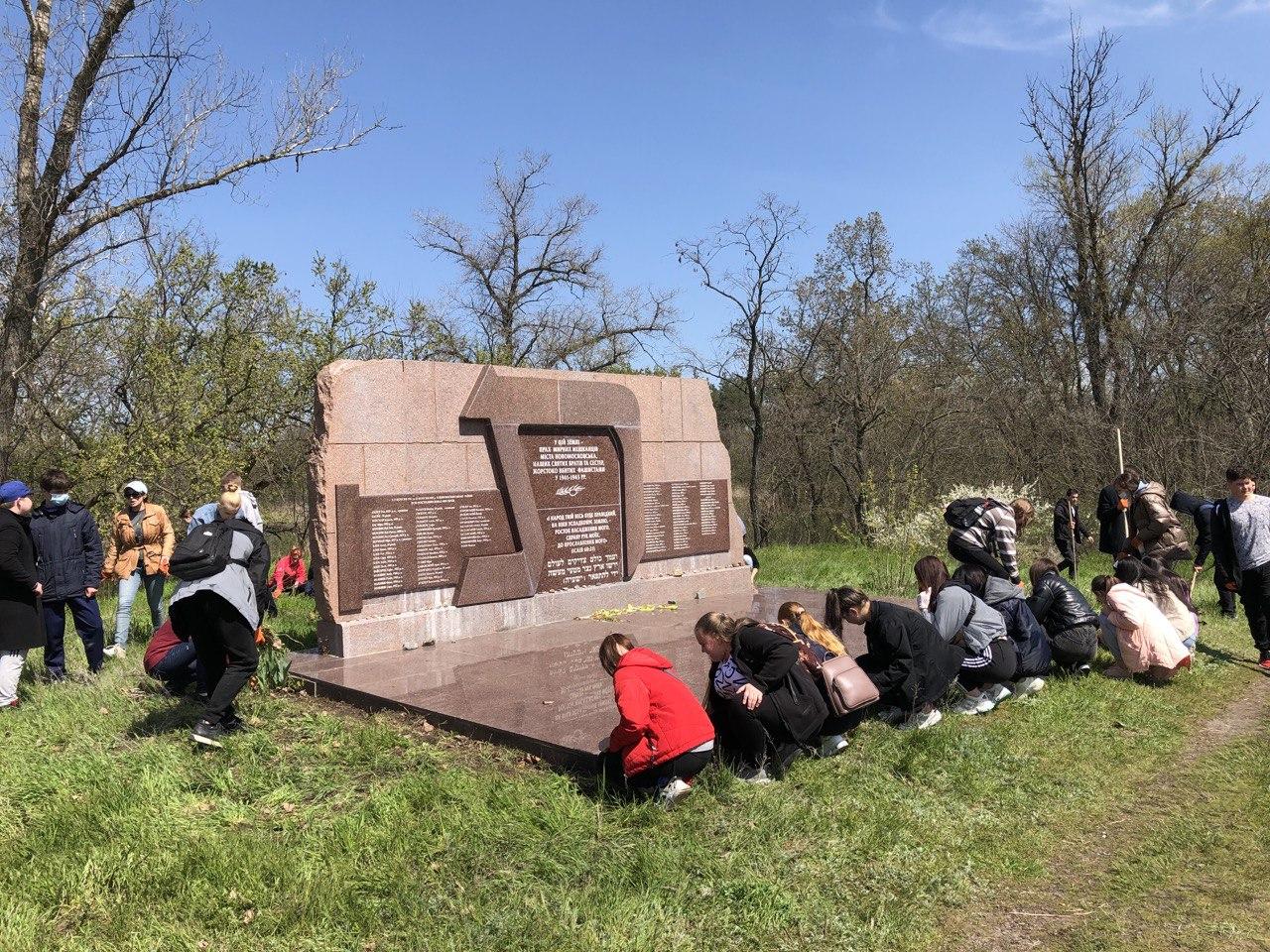 Біля 50 студентів Новомосковського фахового кооперативного коледжу економіки і права прибрали територію довкола меморіалу «Пам'ятаємо заради майбутнього»